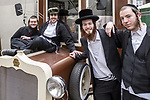 2020-02-18 Kraków.  Grupa młodych hasydów z Brooklinu w Nowym Jorku, pozująca do zdjęcia na Placu Izaaka na Krakowskim Kazimierzu