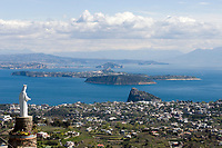 ITA, Italien, Kampanien, Ischia, vulkanische Insel im Golf von Neapel: Blick ueber das Castello Aragonese, zur Insel Procida und weiter nach Neapel | ITA, Italy, Campania, Ischia, volcanic island at the Gulf of Naples: view across Castello Aragonese towards Procida Island and further to Naples