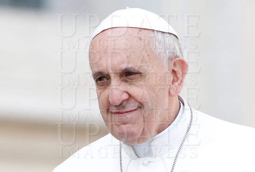 Papa Francesco arriva all'udienza generale in Piazza San Pietro, Citta' del Vaticano, 17 aprile 2013..Pope Francis arrives for his weekly general audience in St. Peter's square at the Vatican, 17 April 2013..UPDATE IMAGES PRESS/Isabella Bonotto..STRICTLY ONLY FOR EDITORIAL USE