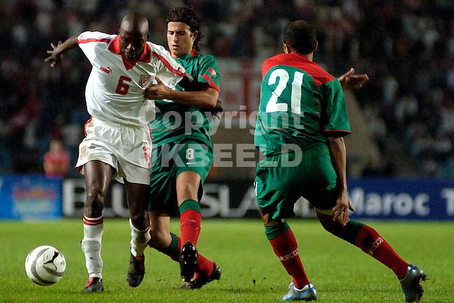 tunesie - marokko 2-2 kawlificatie wk 2006 08-10-2005 trabelsi in duel met boukhari