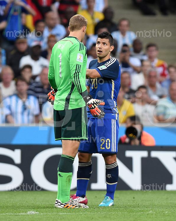 FUSSBALL WM 2014                FINALE Deutschland - Argentinien     13.07.2014 Torwart Manuel Neuer (li, Deutschland) und Sergio Agueero (re, Argentinien) sind nicht einer Meinung
