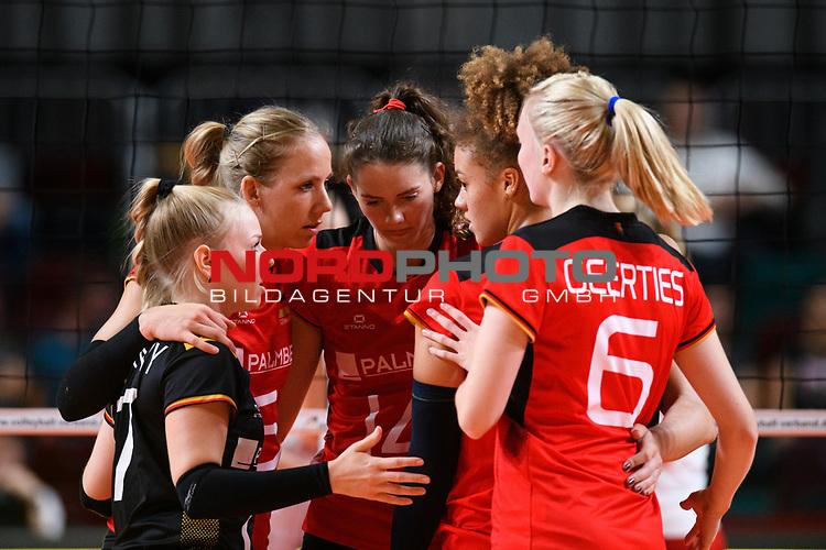 16.08.2019, …VB Arena, Bremen<br />Volleyball, LŠnderspiel / Laenderspiel, Deutschland vs. Polen<br /><br />Anna Pogany (#17 GER), Jana Franziska Poll (#5 GER), Melanie Schšlzel / Schoelzel (#14 GER), Kimberly Drewniok (#8 GER), Jennifer Geerties (#6 GER)<br /><br />  Foto © nordphoto / Kurth