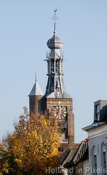 Nederland Zaltbommel 2016. De Gasthuistoren. De Gasthuistoren is een ongelede vierkante toren met traptoren en een ingesnoerde spits met peervormige bekroning en open lantaarn. De toren dateert grotendeels van de tweede helft van de 15de eeuw, de bekroning van circa 1530. Foto Berlinda van Dam / Hollandse Hoogte