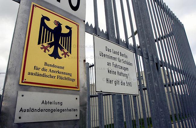 Hungerstreik in Abschiebegefaengnis Berlin-Gruenau, Gruenaurestr. 140<br /> Aus Protest gegen die Haftbedingungen und unverhaeltnismaessig lange Haftbedingungen im Abschiebegefaengnis Gruenau, haben am Montag den 20. Januar 2003 68 Abschiebegefangene einen Hungerstreik begonnen. <br /> Ein weiterer Gefangener befindet sich seit dem 15. Januar 2003 im Durststreik.<br /> Die hungerstreikenden Gefangenen fordern unter anderem die sofortige Entlassung von Menschen, die aus juristischen oder tatsaechlichen Gruenden nicht abgeschoben werden koennen, aber trotzdem ueber 6 Monate in Haft sind; ein Ende der monatelangen Ungewissheit ueber ihre Entlassung, bzw Abschiebung; Beendigung der menschenunwuerdigen Behandlung durch Polizeibeamte, Aerzte und Sozialarbeiter; sowie die Verbesserung der unzumutbaren hygienischen Zustaende.<br /> Die Haeftlinge fordern desweiteren ein Gespraech mit Innensenator Koerting und der Justizsenatorin Schubert, einem Vertreter der Auslaenderbehoerde und der Berliner Polizei. Fuer den Fall, dass das Gespraech nicht<br /> innerhalb von drei Tagen stattfindet, kuendigen sie weitere Aktionen an.<br /> (Alle Informationen stammen von der Antirassistische Initiative Berlin)<br /> Foto: 2.11.2002, Berlin<br /> Copyright: Christian-Ditsch.de<br /> [Inhaltsveraendernde Manipulation des Fotos nur nach ausdruecklicher Genehmigung des Fotografen. Vereinbarungen ueber Abtretung von Persoenlichkeitsrechten/Model Release der abgebildeten Person/Personen liegen nicht vor. NO MODEL RELEASE! Nur fuer Redaktionelle Zwecke. Don't publish without copyright Christian-Ditsch.de, Veroeffentlichung nur mit Fotografennennung, sowie gegen Honorar, MwSt. und Beleg. Konto: I N G - D i B a, IBAN DE58500105175400192269, BIC INGDDEFFXXX, Kontakt: post@christian-ditsch.de<br /> Bei der Bearbeitung der Dateiinformationen darf die Urheberkennzeichnung in den EXIF- und  IPTC-Daten nicht entfernt werden, diese sind in digitalen Medien nach &sect;95c UrhG rechtlich geschuetzt. Der Ur