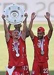 27.06.2020, Fussball: nph00001 1. Bundesliga 2019/2020, 34. Spieltag, VfL Wolfsburg - FC Bayern Muenchen, in der Volkswagen-Arena Wolfsburg. Siegerehrung nach dem Spiel: Der FC Bayern MŸnchen feiert den Gewinn der 30. Deutschen Meisterschaft. Michael Cuisance (mi., Bayern MŸnchen) mit der Schale<br /><br />Foto: Bernd Feil/M.i.S./ /Pool/nordphoto<br /><br />Nur fŸr journalistische Zwecke! Only for editorial use! <br /><br />GemŠ§ den Vorgaben der DFL Deutsche Fussball: nph00001 Liga ist es untersagt, in dem Stadion und/oder vom Spiel angefertigte Fotoaufnahmen in Form von Sequenzbildern und/oder videoŠhnlichen Fotostrecken zu verwerten bzw. verwerten zu lassen. DFL regulations prohibit any use of photographs as image sequences and/or quasi-video.    <br /><br />National and international NewsAgencies OUT.
