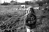 Kosovo  12 Novembre 2000.Pe? (in albanese Pejë / Peja; in serbo Pe?).zona di Mahala e Bates.Una bambina di etnia rom di guardia al cavallo