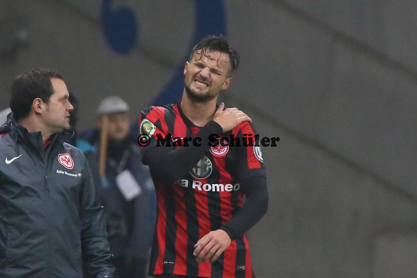 Haris Seferovic (Eintracht) an der Schulter verletzt - Eintracht Frankfurt vs. Borussia Mönchengladbach, DFB-Pokal 2. Runde, Commerzbank Arena