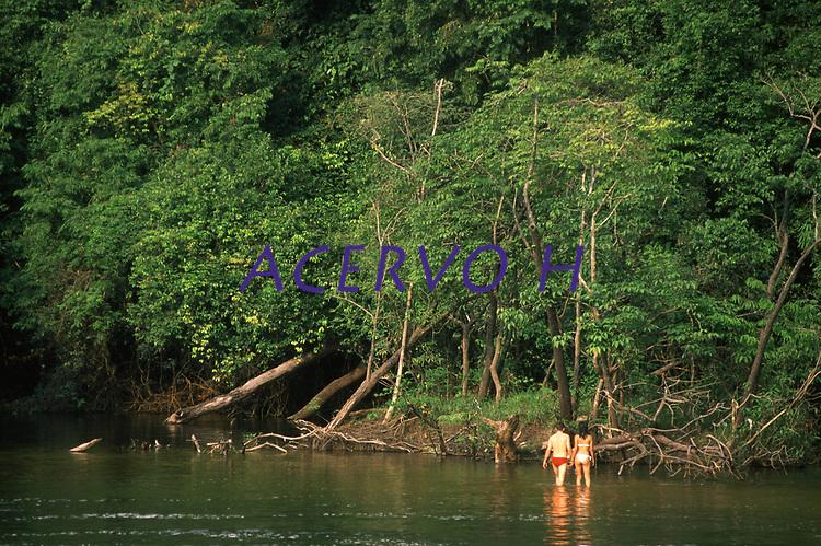 turistas no balneário do rio Preto em Candeias do Jamari - Rondônia. Dezembro de 2003