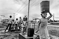 Abastecimento de água na favela. Curitiba, Paraná. 1980. Foto de Juca Martins.