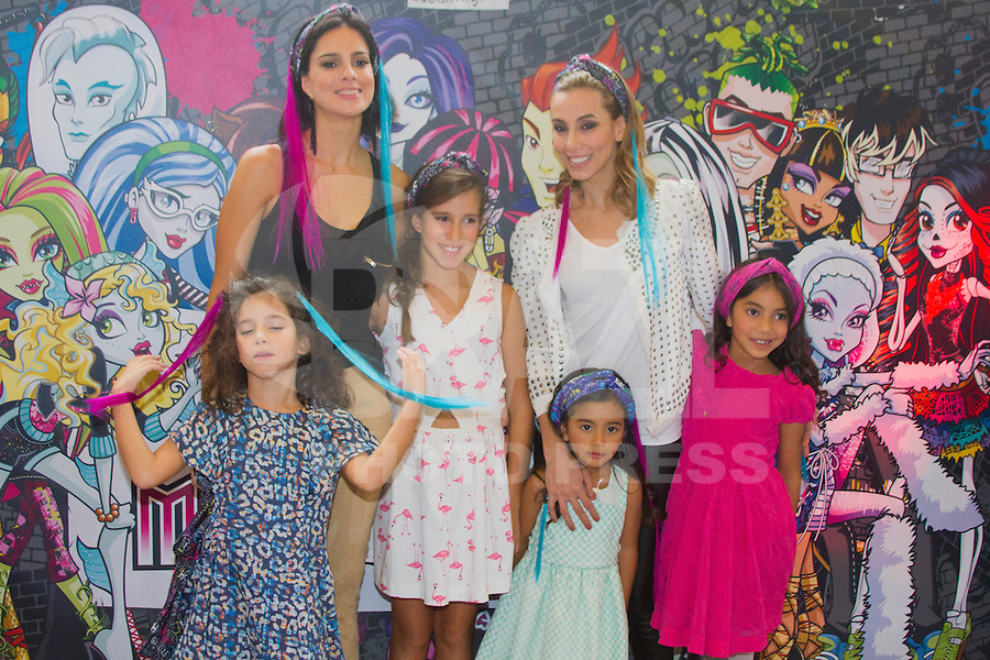 SÃO PAULO,SP,28.03.2015- FASHION WEEKEND KIDS -As atrizes,Tania Khalill e Vera Viel tiram fotos com as filhas após o desfile da marca Tyrol.Shopping Cidade jardim,região sul da cidade de São Paulo nesse sábado,28.(FOTO:KEVIN DAVID/BRAZIL PHOTO PRESS)