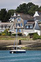 Europe/France/Bretagne/56/Morbihan/ Golfe du Morbihan/La Trinité-sur-Mer:  la rivière de Crac'h- Maisons et voilier