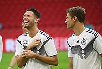 Mark Uth (Deutschland Germany) hat Spaß mit Thomas Mueller (Deutschland Germany) - 12.10.2018: Abschlusstraining der Deutschen Nationalmannschaft vor dem UEFA Nations League Spiel gegen die Niederlande