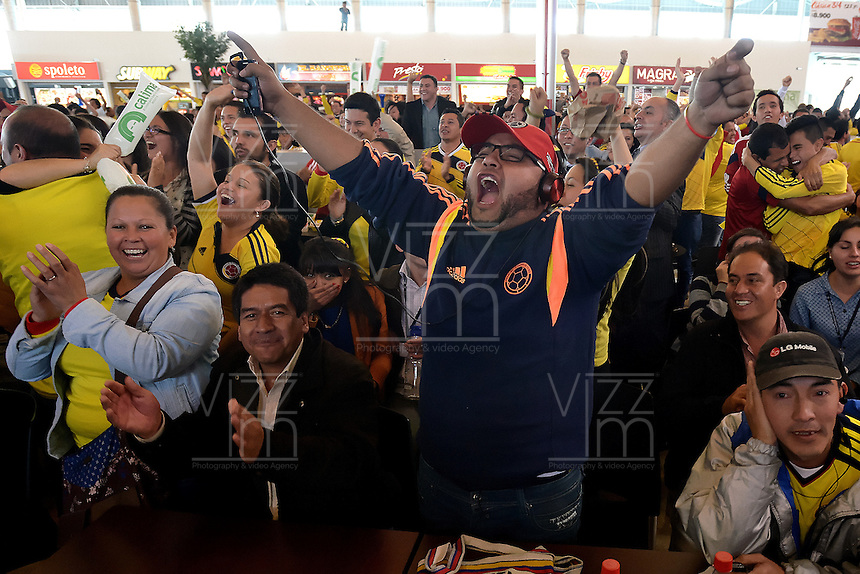 BOGOTA - COLOMBIA -19-06-2014. Hinchas colombianos celebran en Bogotá después del triunfo de la Selección de fútbol de Colombia (COL) sobre la selección de fútbol de Costa de Marfil (CIV) en partido del Grupo C, hoy 19 de junio de 2014, por la Copa Mundial de la FIFA Brasil 2014 jugado en el estadio Mané Garricha de Brasilia./ Fans of Colombia celebrate in Bogota after the victory of Colombia (COL) over Ivory Coast (CIV) in match of the Group C, today June 19 2014, for the 2014 FIFA World Cup Brazil played at Mane Garricha stadium in Brasilia. Photo: VizzorImage/ Gabriel Aponte / Staff