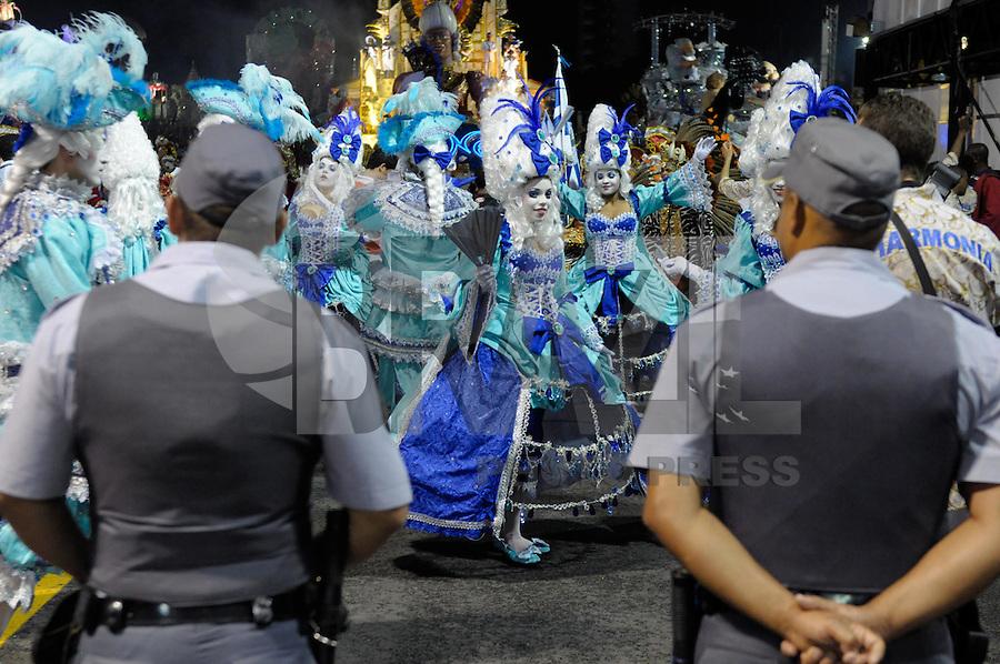 SAO PAULO, SP, 24 DE FEVEREIRO 2012 - DESFILE DAS CAMPEÃS DO CARNAVAL SP - NENÊ DE VILA MATILDE: Policiais Militares fazem a segurança da escola de samba Nenê de Vila Matilde no desfile das Campeãs do Carnaval 2012 de São Paulo, no Sambódromo do Anhembi, na zona norte da cidade, neste sábado.(FOTO: LEVI BIANCO - BRAZIL PHOTO PRESS).