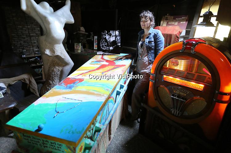Foto: VidiPhoto<br /> <br /> DE BILT &ndash; Familie en vrienden hebben donderdagavond afscheid genomen van Jits Bakker. De bekende beeldend kunstenaar ligt in een beschilderde kist opgebaard in zijn atelier in De Bilt. Donderdag 5 juni overleed Bakker in zijn atelier in Wageningen. Hij is 76 jaar geworden. Donderdag wordt hij in besloten familiekring begraven in Heelsum, vlak bij zijn geboorteplaats Renkum. De markante beeldhouwer werkte ruim 50 jaar als veelzijdig kunstenaar en kreeg in de loop der jaren fameuze opdrachten van over de hele wereld. Jits ontmoette tijdens zijn leven veel wereldleiders en prominenten. Ook ons Koningshuis bezit diverse werken van Jits Bakker. De in 1937 in Renkum geboren kunstenaar trouwde twee maal en kreeg vier kinderen. Foto: Viriendin Petra.
