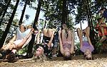 Foto: VidiPhoto<br /> <br /> ARNHEM &ndash; Arnhemse scholieren  uit vijf achterstandswijken in Arnhem leven zich maandag uit in de grootste Apenkooi van Nederland in dierenpark Burgers&rsquo; Zoo in Arnhem. Voor de basisschoolleerlingen van de groepen zes, zeven en acht vormt de &lsquo;gratis schoolreis&rsquo; de afronding van het landelijke pilotproject Jongeren Op Gezond Gewicht (JOGG). Uit onderzoek blijkt namelijk dat Arnhemse kinderen veel te zwaar zijn in verhouding tot andere  Nederlandse leeftijdgenootjes. Volgens de Jeugd Gezondheid Zorg is er zelfs in Arnhem sprake van een &ldquo;schokkende onwikkeling.&rdquo; Om kinderen meer te laten bewegen en gezonder te laten eten, is daarom verbinding gezocht met de dierenwereld en is in de Arnhemse dierentuin de eerste en grootste Apenkooi voor kinderen gebouwd.