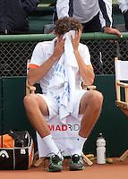 10-07-11, Tennis, South-Afrika, Potchefstroom, Daviscup South-Afrika vs Netherlands,  Robin Haase verbergt zijn hoofd in een doek, hij heeft zojuist van Anderson verloren en Nederland is er uit