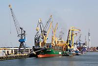 Haven van Rotterdam. Kranen op de kade, naast de schepen