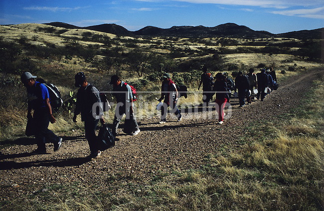 Un grupo de inmigrantes camina a traves del desierto del Sasabe en una travesia de dos a tres dias que los llevara hasta Tucson, en Arizona. ....A group of illegal inmigrants walk through Sasabe desert trying to reach in 2 o 3 days Tucson, Arizona, across the USA border