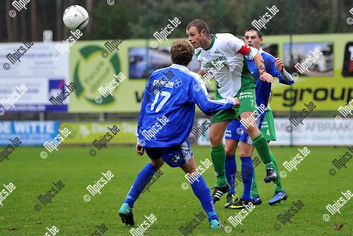 2011-10-09 / voetbal / seizoen 2011-2012 / Dessel Sport - Olympia Wijgmaal / Wouter Vosters (r) (Dessel) kopt de bal weg voor Jasper Imberechts (nr 17) (Wijgmaal)