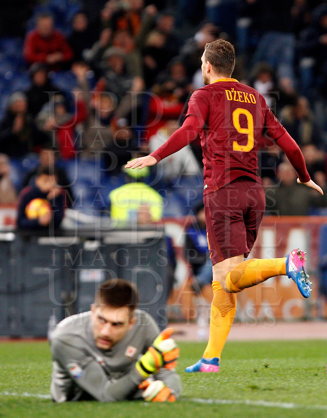 Calcio, Serie A: Roma vs Fiorentina. Roma, stadio Olimpico, 7 febbraio 2017.<br /> Roma's Edin Dzeko, right, celebrates after scoring his second goal as Fiorentina's goalkeeper Ciprian Tatarusanu reacts during the Italian Serie A soccer match between Roma and Fiorentina at Rome's Olympic stadium, 7 February 2017.<br /> UPDATE IMAGES PRESS/Riccardo De Luca