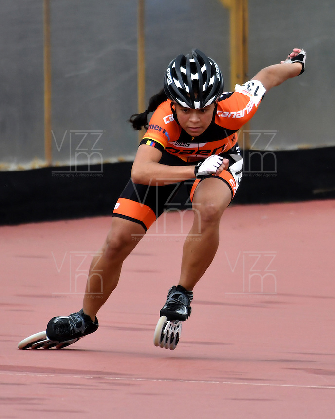 BOGOTA - COLOMBIA - 26-01-2017: Valeria Rodriguez, patinadora del Club Paen de Antioquia, gana la prueba de los 300 metros Contra Reloj Individual Juvenil Damas, en la IV Valida Nacional Interclubes de Carreras 2017 en el Patinodromo El Salitre de la ciudad de Bogota.. / Valeria Rodriguez, skater of Club Paen of Antioquia, wins the test of the 300 meters against individual clock Junior Ladies as part of the IV Interclubs National Valid of Speed Race 2017 at El Salitre Patinodromo in Bogota city Photo: VizzorImage / Luis Ramirez / Staff.