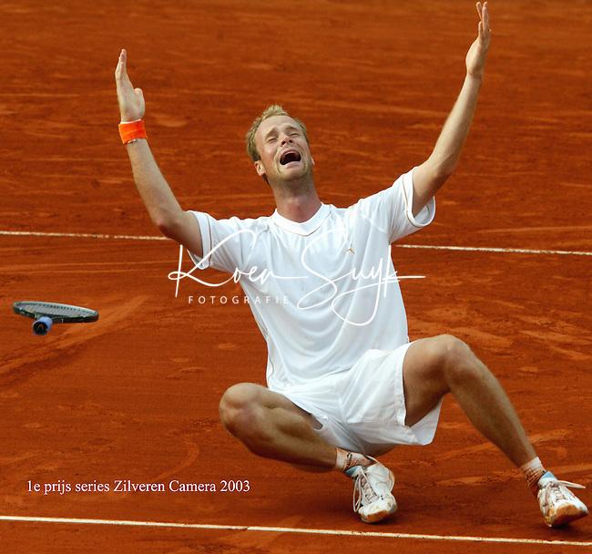 ZILVEREN CAMERA 1e PRIJS SPORT SERIES.<br /> KOEN SUYK-3/6/2003-PARIJS: Tennis Roland Garros (1/4 finale).  Vreugde bij Martin Verkerk. Hij wint van  Carlos Moya (Spanje) en zou uiteindelijk de finale bereiken maar verliezen.