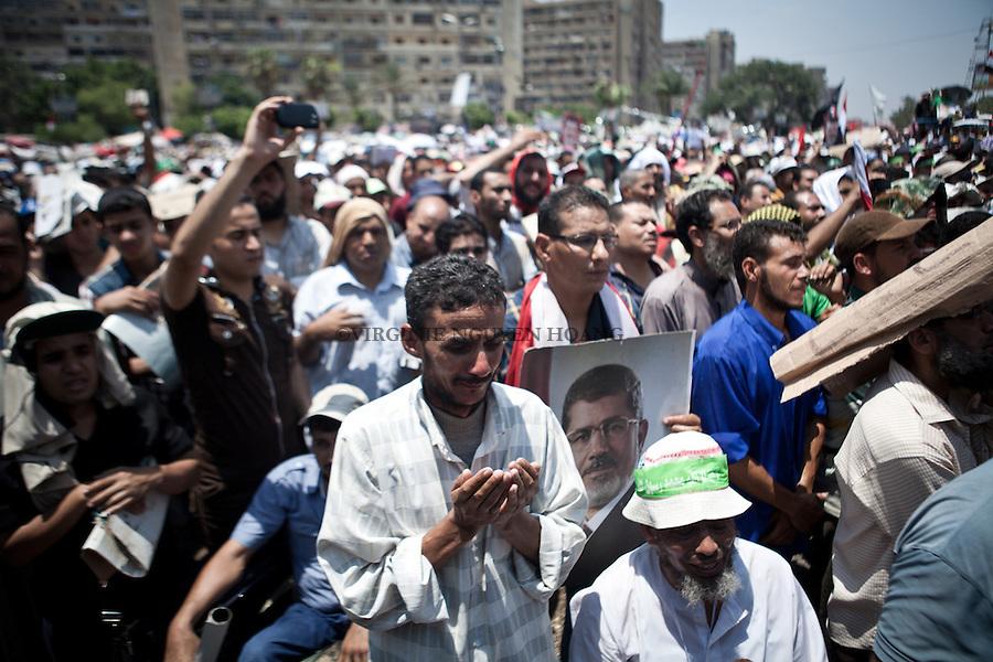 Pri&egrave;re de midi lors d'une manifestation des supporters du pr&eacute;sident d&eacute;chu Mohammed Morsi &agrave; Nasr City, Le Caire, 5 Juillet 2013. <br /> <br /> Noon prayers during a demonstration of supporters of ousted President Mohammed Morsi in Nasr City, Cairo, July 5, 2013.
