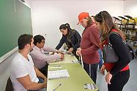 SÃO PAULO,SP, 02.10.2016 - ELEIÇÕES-SÃO PAULO - Deficiente visual registra seu voto na PUC no bairro de Perdizes na região oeste de São Paulo, neste domingo, 02. (Foto: Levi Bianco/Brazil Photo Press)