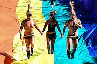 RIO DE JANEIRO, RJ, 13.10.2013 - 18 PARADA GAY EM COPACABANA/RJ - A 18ª Parada LGBT leva rmilhares de pessoas a orla de copacabana com muita irreverência e conscientização na tarde deste domingo (13), em Copacabana, zona sul do Rio de Janeiro. (Foto: Marcelo Fonseca / Brazil Photo Press).