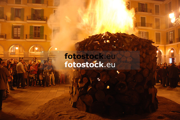 Bonfire of Saint Sebastian at the square Plaza Mayor <br /> <br /> Fuego de San Sebastián (cat.: Sant Sebastià) en la Plaza Mayor <br /> <br /> Sankt Sebastian Feuer auf der Plaza Mayor <br /> <br /> 3872 x 2592 px<br /> 150 dpi: 65,57 x 43,89 cm<br /> 300 dpi: 32,78 x 21,95 cm