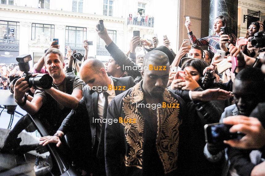Kanye West et Kim Kardashian arrivent au d&eacute;fil&eacute; de Mode Balmain printemps-&eacute;t&eacute; 2015 au Grand H&ocirc;tel &agrave; Paris, sous une &eacute;meute de fans.<br /> France, Paris,  le 25 septembre 2014 <br /> Kanye West and Kim Kardashian arriving at Balmain fashion show spring-summer 2015 in Paris.<br /> France, Paris, September 25, 2014.