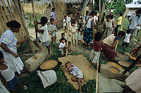 PHILIPPINES Palawan, women trash rice manual  / Philippinen Palawan, Frauen schaelen Reis manuell mit Moerser