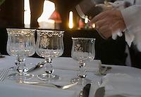 Europe/République Tchèque/Prague:A bord de  la voiture restaurant l'Orient-Express Train de Luxe qui assure la liaison Calais,Paris , Prague,Venise - le personnel dresse les tables pour le dinner