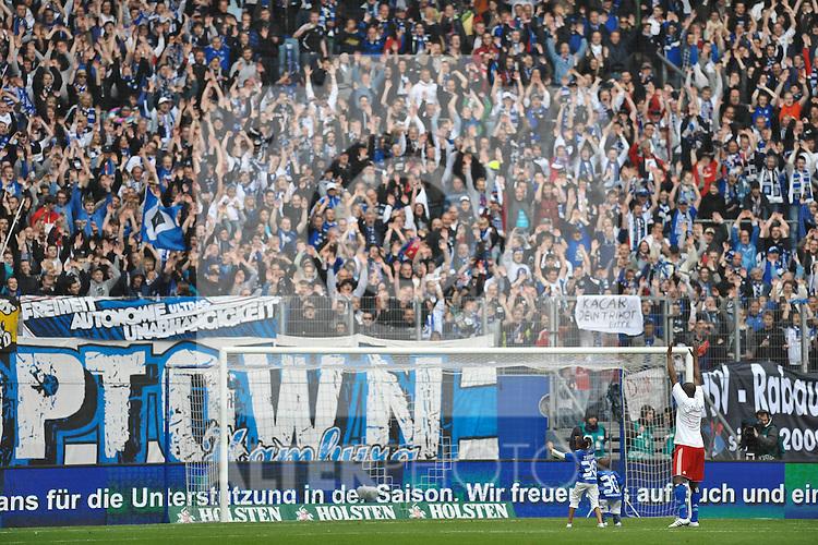 14.05.2011, Imtech Arena, Hamburg, GER, 1.FBL, Hamburger SV vs Borussia Moenchengladbach, im Bild Collin Benjamin (Hamburg #30) verabschiedet sich von den Fans. Foto © nph / Witke