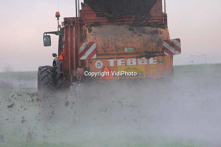Foto: VidiPhoto..DOORWERTH - Warme champignonmest op koude grond. Loonwerker Gerritsen uit Renkum rijdt warme champignonmest uit op het land van boer Schouten uit Doorwerth. Het gemengdbedrijf van Schouten is 96 ha. groot, waarvan 25 ha. zandgrond. Bemesten in deze tijd op de zandgrond mag alleen als het champignonmest betreft. Het verspreiden van dierlijke mest op de zandgronden is van 15 september tot 1 februari verboden. (06-50981593)