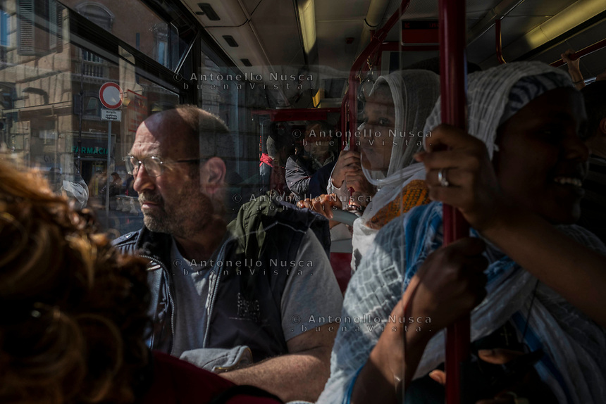 Rome, Italy, April 4, 2017. Gente in un autobus affollato. People in the bus.<br /> Ad un anno dalla elezione a sindaco di Roma di Virginia Raggi, la condizione di degrado non accenna a migliorare.<br /> One year after the election as mayor of the candidate of M5S party, Rome is worsening day by day.