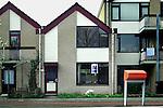 UTRECHT -  Oude huurwoningen van woningcorporatie Mitros worden via een makelaar met een bord TE KOOP aangeboden op de woningmarkt. De lege woningen worden tijdelijk bewoond als antikraak door woningzoekenden die de woning als zgn plankwoning in gebruik nemen. Deze groep heeft ruime keuze vanwege de leegstand in te verkopen huurwoningen en de talloos leegstaande kantoorpanden. COPYRIGHT TON BORSBOOM