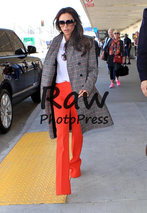 Victoria Beckham vista en el Aeropuerto de Los Angeles.<br /> <br /> Photo &Acirc;&copy; 2015 PRI/The Grosby Group<br /> <br /> Los Angeles, October 26, 2015.<br /> <br /> Victoria Beckham spotted at LAX.