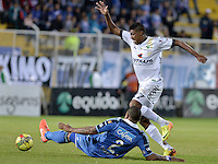 BOGOTÁ -COLOMBIA, 27-04-2014. Leonardo Villarraga (Der) de La Equidad disputa el balón con Roman Torres (Izq) de Millonarios  durante partido de ida por los cuartos de final de la Liga Postobón I 2014 jugado en el estadio Metropolitano de Techo de la ciudad de Bogotá./ La Equidad Player Leonardo Villarraga (R) fights for the ball with Millonarios player Roman Torres (L) during first leg match for the quarter finals of the Postobon League I 2014 played at Metropolitano de Techo stadium in Bogotá city. Photo: VizzorImage/ Gabriel Aponte / Staff