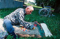 Bulgarien, Kazanlak, alter geistig behinderter Mann im Heim der AWO Arbeiterwohlfahrt / Bulgaria Kazanlak, old and mentally disabled man in welfare home
