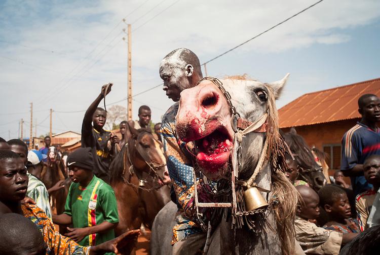The race. The artisanal bits inflict wounds on the horse's mouth. The wounds are later treated with shea butter.<br />  <br /> Le jour de la course. Les mors artisanaux blessent les chevaux, qui sont par la suite soign&eacute;s avec du beurre de karit&eacute;.