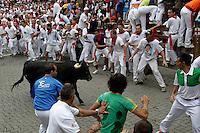 PAMPLONA, ESPANHA, 09 JULHO 2012 - SAN FIRMIN CORRIDA DE TOUROS - Terceiro dia das celebracoes de San Fermin, corrida de touros pelo centro historico da cidade de Pamplona em Navarra na Espanha, nesta segunda-feira, 09. (FOTO: ALFAQUI / BRAZIL PHOTO PRESS).