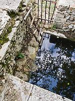 Europe/Europe/France/Midi-Pyrénées/46/Lot/Limogne: Fontaine en Pierre sèche sur le Causse de Limogne