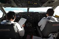 Piloti all'interno di una cabina di pilotaggio di un aereo di linea.