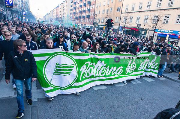 Stockholm 2014-04-14 Fotboll Superettan Hammarby IF - Degerfors IF :  <br /> Hammarbys supportrar med en banderoll p&aring; G&ouml;tgatan under marschen mellan Medborgarplatsen och Tele2 Arena innan matchen mot Degerfors<br /> (Foto: Kenta J&ouml;nsson) Nyckelord:  HIF Bajen Degerfors supporter fans publik supporters