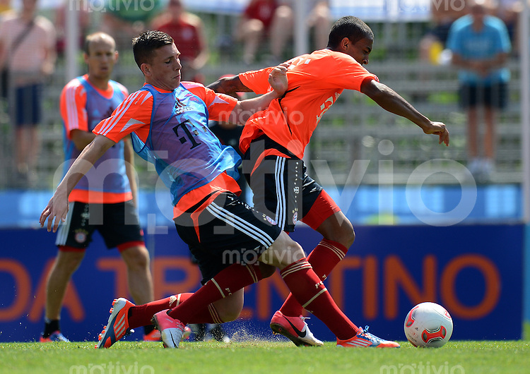 Fussball 1. Bundesliga:  Saison  Vorbereitung 2012/2013     Trainingslager des FC Bayern Muenchen 19.07.2012 Pierre Hojbjerg gegen Luiz Gustavo (v. li.)