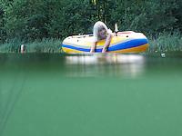 Kind, Junge im Schlauchboot, Boot, Wasser, Ferien, Urlaub, Erfrischung, Spaß, Unterwasser