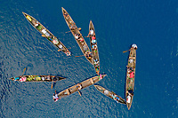 Luftaufnahme von Mbanika Island oder Banika Island mit Einbaum Kanus, Salomonen, Salomonensee / Aerial View of Mbanika or Banika Island with Dugout Boats, Solomon Islands, Solomonen Sea