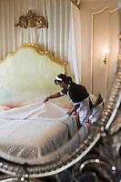 Europe/France/Provence-Alpes-Côte d'Azur/06/Alpes-Maritimes/Nice:   Hôtel: Le Négresco - Femme de Chambre